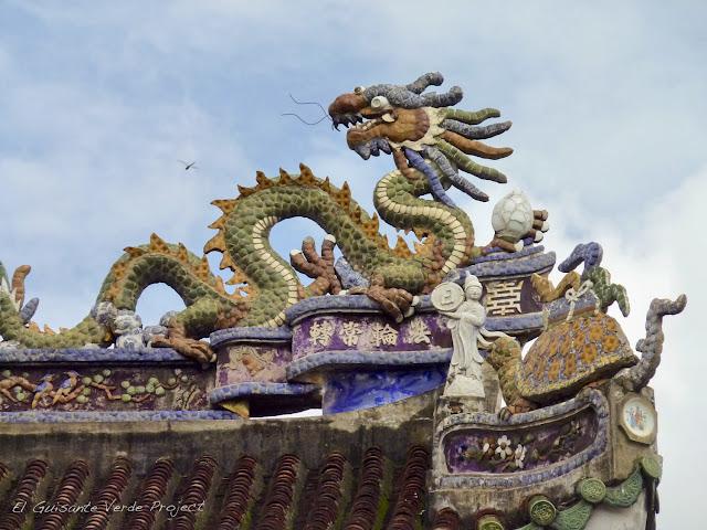 Tejadillo con dragón en Hoi An, por El Guisante Verde