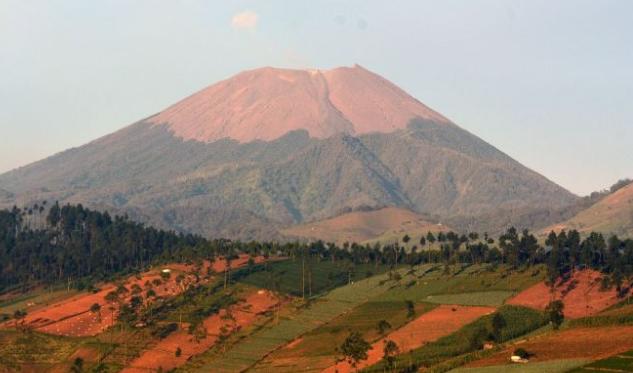 Gunung Slamet Tinggi (3.428 m )
