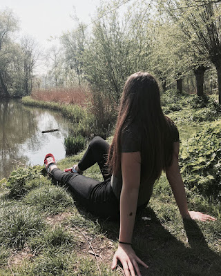 foto tumblr sentada sola en bosque
