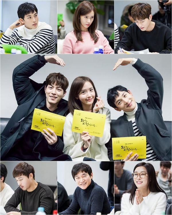 """Tim produksi drama terbaru MBC """"King Loves"""" menggelar pembacaan pertama naskah."""