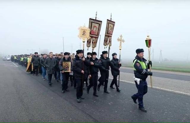 В Краснодарском крае (Россия) сотрудники ГИБДД прошли крестным ходом по опасному участку трассы Темрюк — Краснодар