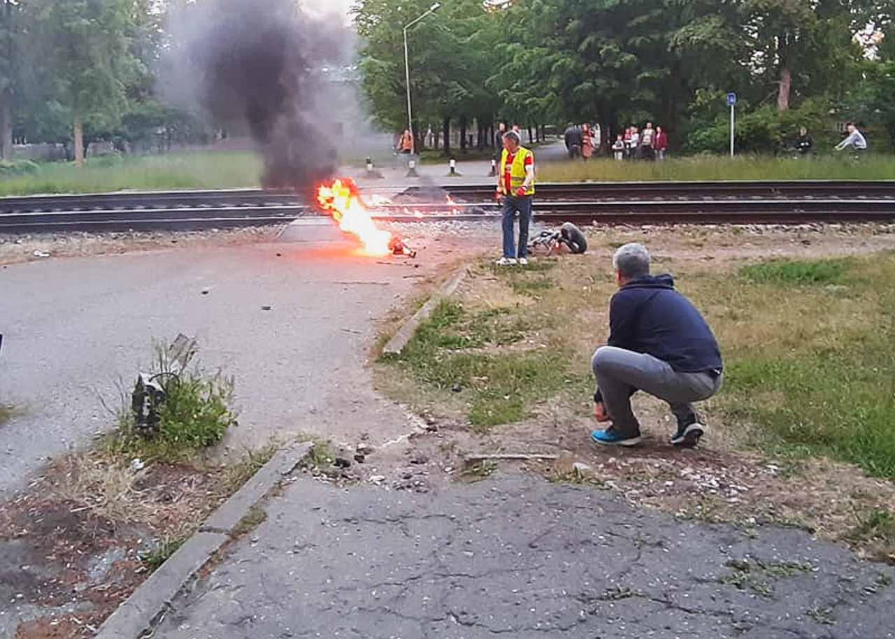 Vīrieši dzēš liesmas pie dzelzceļa sliedēm