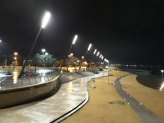 Vista noturna da área revitalizada da Orla do Guaíba