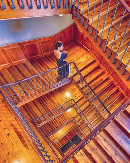 Alessia Siena in posa per Instagram sulla scala del Totem Hotel