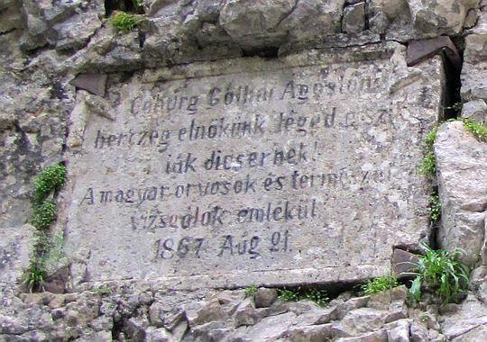 Wmontowana tablica w skale przy wejściu do Strateńskiego Kanionu.