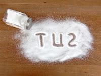 Masaya dökülmüş bir tuz içine yazılmış tuz sözcüğü