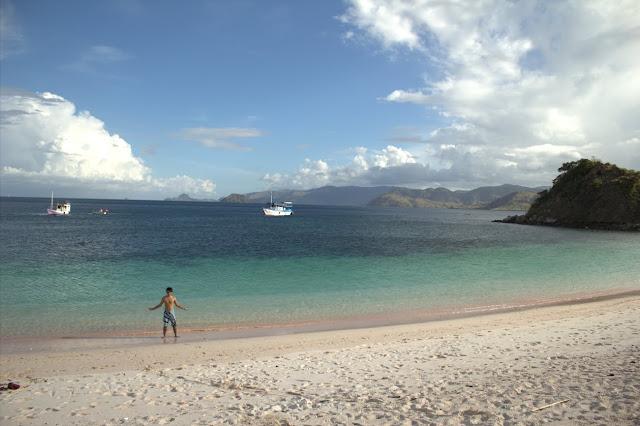 mengagumkannya pink beach pulau komodo