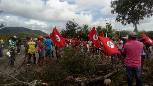 Integrantes do MST protestam e  bloqueiam trecho da AL-220 em Piranhas  contra a prisão do ex-presidente  Lula