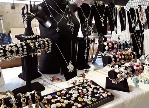 If You Need A Quick Fix To Get Through Until Spring The Promoters Of Vintage Garage Will Be Holding Chicago Clothing And Jewelry Show In