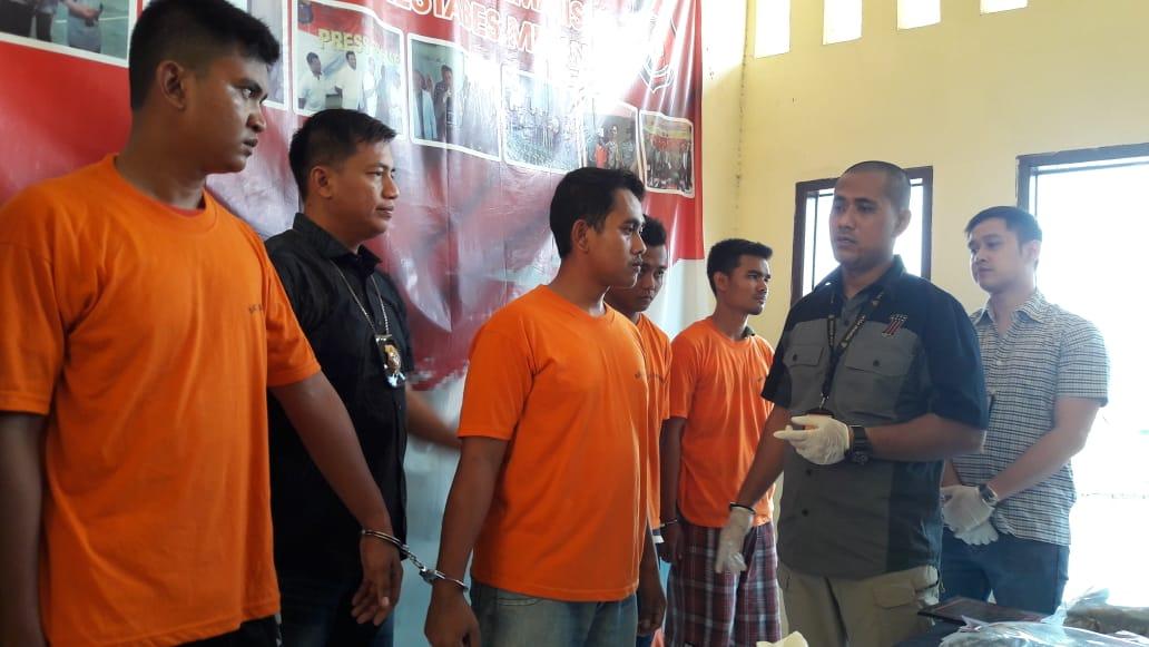 DIAMANKAN: Kasat Reskrim Polrestabes Medan, AKBP Putu Yudha Prawira saat memaparkan empat pelaku.