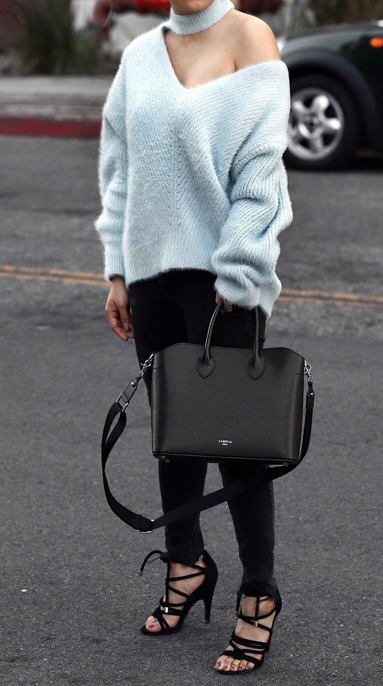 best fall outfit / oversized sweater + black bag + skinny jeans + heels