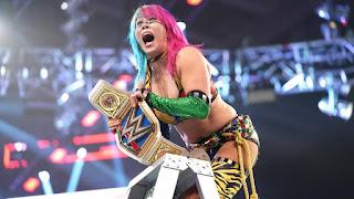 WWE - Asuka y Dean Ambrose se coronan entre mesas, sillas y escaleras