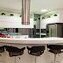 Cozinha americana branca com bancada redonda de corian!