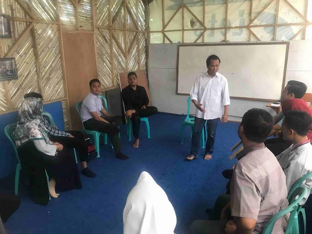 Mr. Adi (Marwiadi) sedang mengajar di kelas Master Teaching