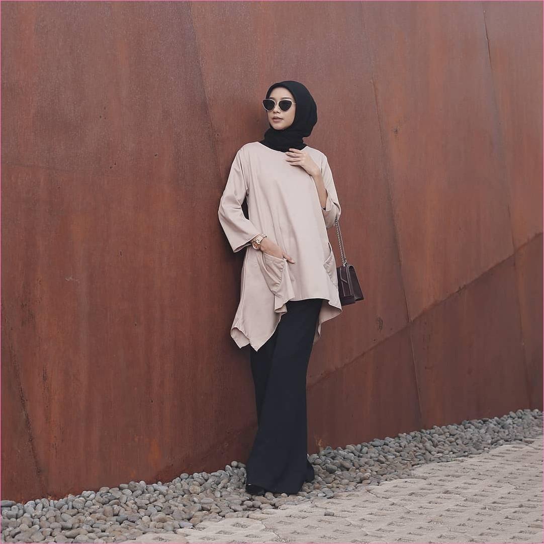 Outfit Kerudung Segiempat Ala Selebgram 2018 kerudung segiempat hijab square scarf polos kacamata bulat baju top blouse krem jam tangan emas celana cullotes pallazo hitam slingbags coklat tua high heels ootd hijabers kekinian