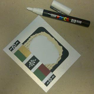 På bagsiden af kortet i lommen er der pyntet med gl. bogpapir og et lille stykke hvidt papir til at skrive på