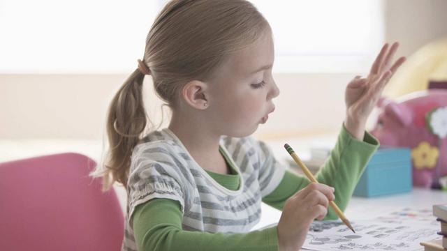 Giải toán bằng tay cho trẻ