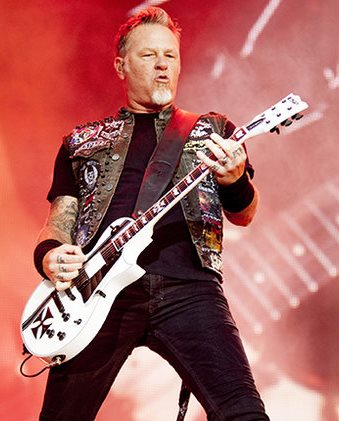 Foto de James Hetfield tocando la guitarra
