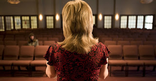 o femeie care stă cu spatele într-o biserică - imagine preluată de pe christianheadlines.com