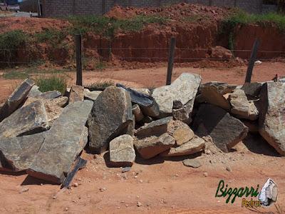 Pedra para caminho de pedra, tipo chapa de pedra moledo com espessura entre 7 cm a 15 cm com tamanhos de faces variados entre 20 cm e 80 cm.