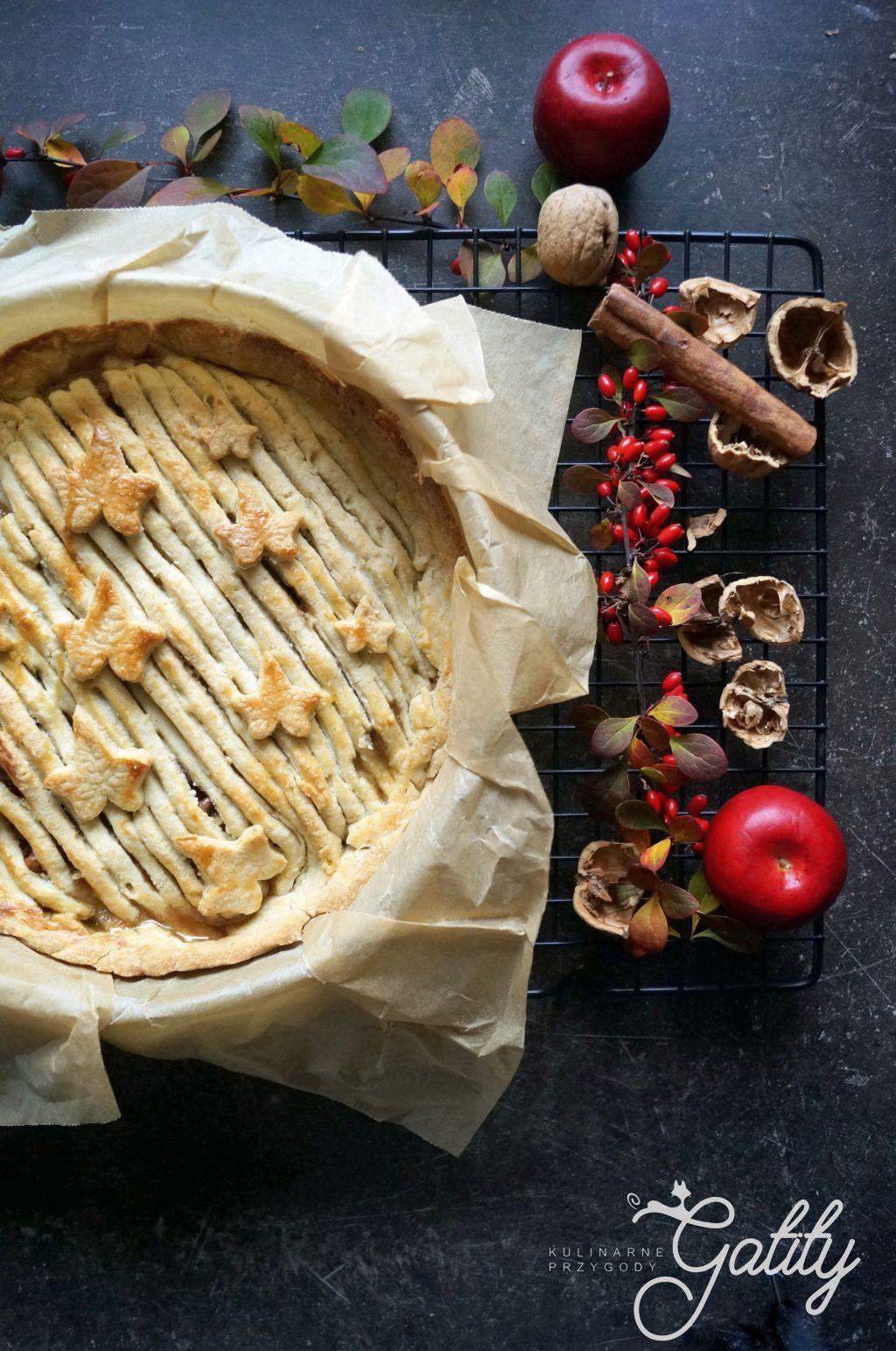 ciasto-z-jablkami-i-jesienne-liscie-i-orzechy