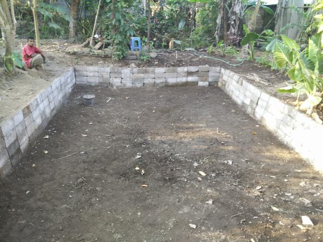 Punjul selesai menyusunbatako untuk dinding kolam