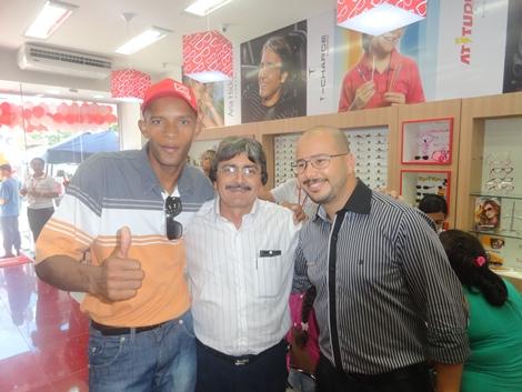 Os Diretores Hélio Alves, José Barnabé e Sérgio Alves com o Sr. José  Edmilson que viabilizou a chegada das Óticas Diniz na cidade de Belo Jardim  - PE. a83cfd16a0