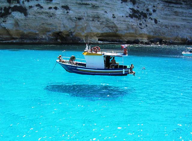 Havada yüzen tekne
