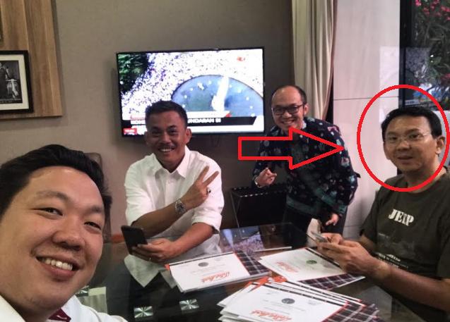 Heboh! [FOTO]  Ahok Asyik Selfie Sambil Nonton Siaran Demo 4 November