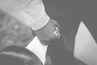 papa e figlia mano nella mano