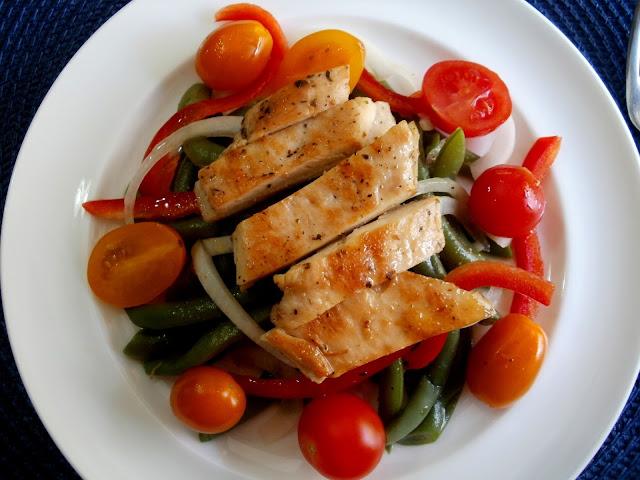 Ensalada de judías verdes con pollo y tomates cherry
