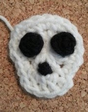 http://translate.googleusercontent.com/translate_c?depth=1&hl=es&prev=search&rurl=translate.google.es&sl=en&u=http://crafterchick.com/easy-unisex-skull-applique-crochet-pattern/&usg=ALkJrhgUA8c_AHl792ynIAKU-BoBaiAQsg