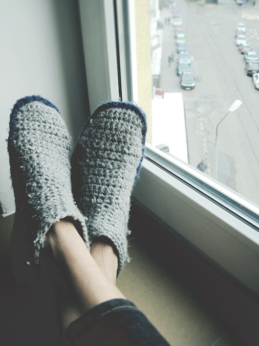 Two-tone slipper boots in heather gray and dark navy - good morning crochet