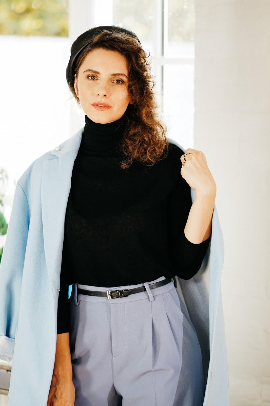 голубое пальто и кожаный берет