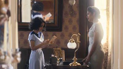 Inês (Carol Macedo) fica em choque ao ler todas as cartas escondidas por Shirley (Barbara Reis) — Foto: Globo