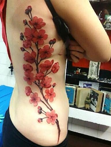 Maravilhoso olhando a flor de cerejeira tatuagem no lado do corpo. Fechou no vermelho e em aquarela tema, o projeto parece absolutamente lindo e apaixonante. (Foto: Fontes de imagem)