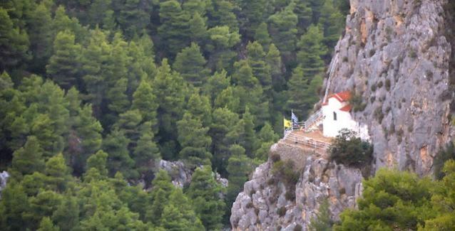 Πάρνηθα: Το εκκλησάκι της Αγίας Μαρίνας χτισμένο πάνω στο βράχο προφανώς σε κάποια είσοδο στον Άδη (!)