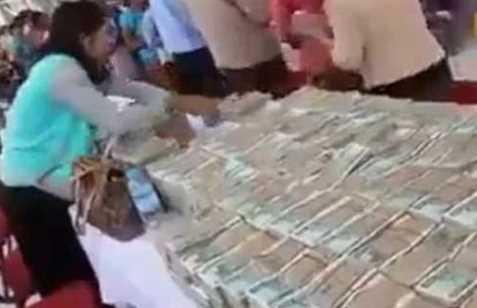 Miliarder ini Bagi-Bagi Uang kepada Orang Miskin Saat Merasa Ajalnya Sudah Dekat