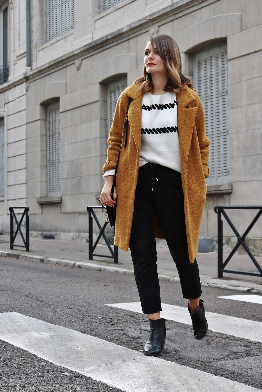 pauline-dress-blog-mode-tenue-en-manteau-moutarde-hiver-automne-2017-pull-jogger