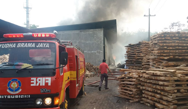 Pabrik kayu saat dilalap api
