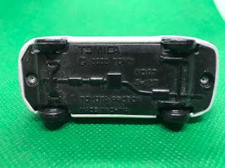 トヨタ プロボックス のおんぼろミニカーを底面から撮影