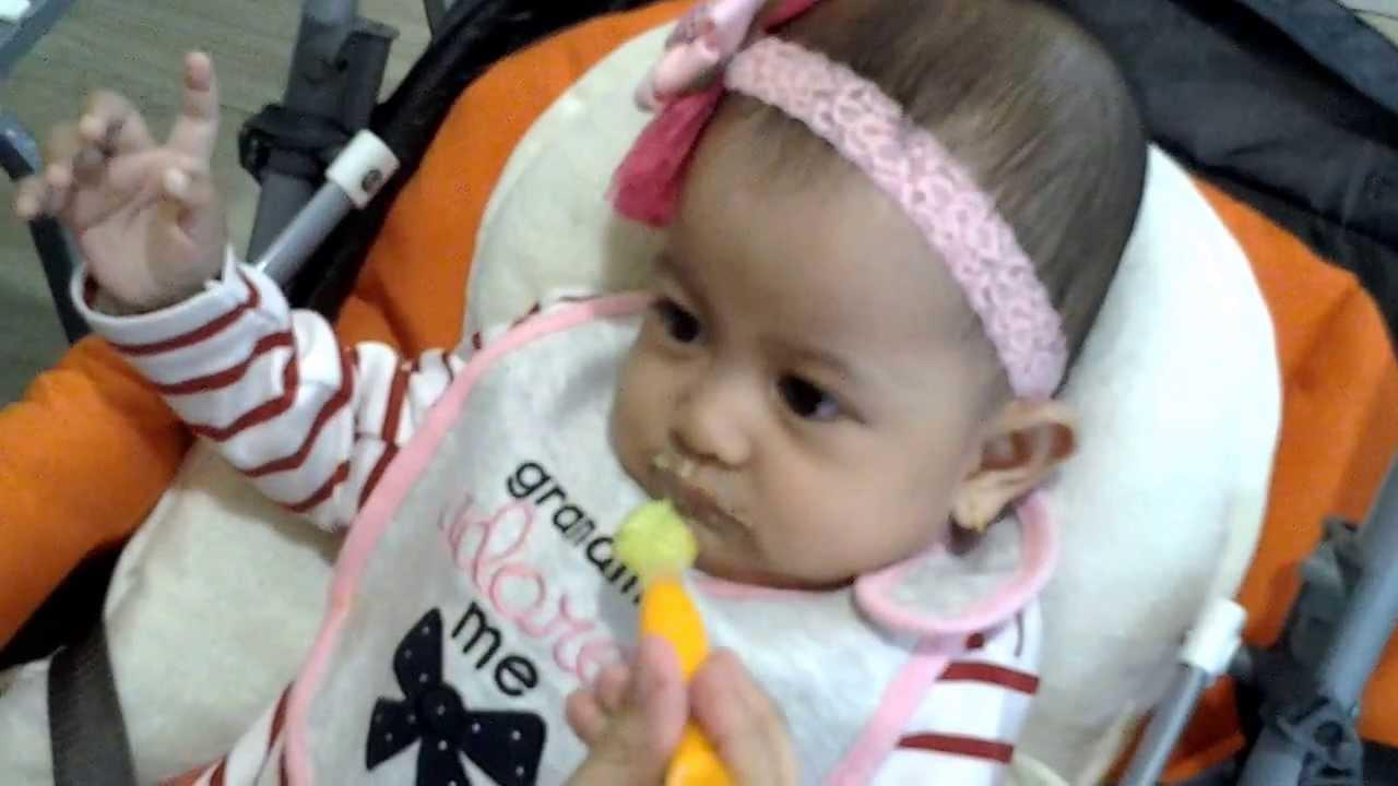 menggunakan hukum hanya untuk memberi makan ke bayi 8 Aturan Dasar Memulai MPASI Pada Bayi