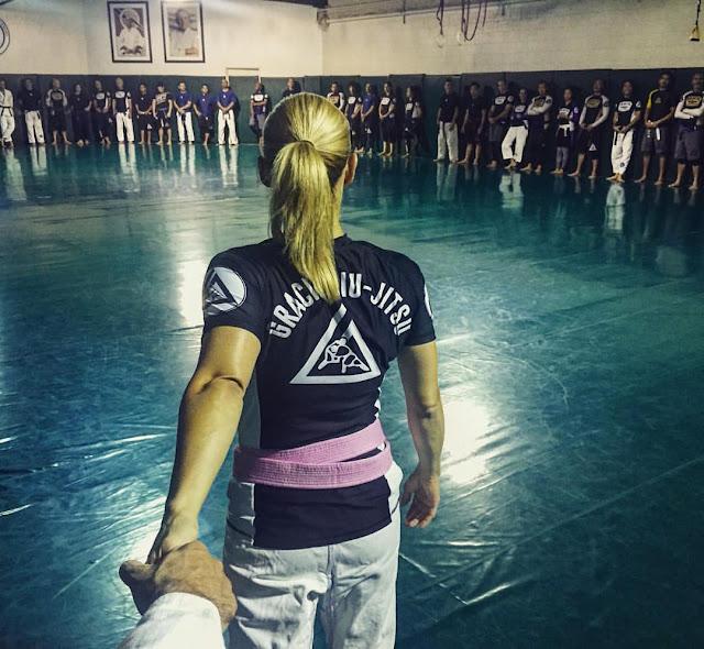 Ángela María Nardolillo entrando en el dojo de Jiu-Jitsu