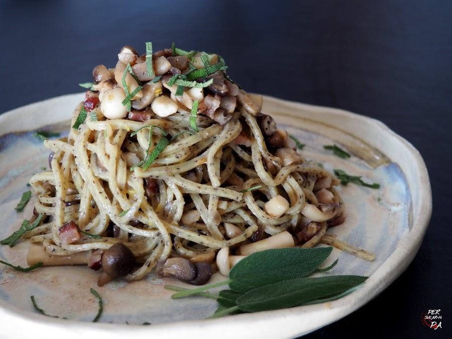 Espaguetis con trufa y una salsa de panceta ahumada y setas, una receta rápida y sencilla.