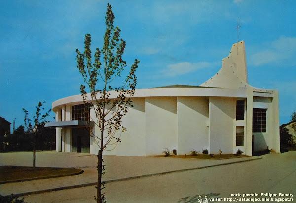 Saint-Nazaire - Eglise de Notre Dame d'Espérance  Architecte: Noël Le Maresquier  Construction: 1964  Céramiste: Gustave Tiffoche (Baptistère, Chemin de croix, Bénitiers)  Vitraux: Pascal Bouchard