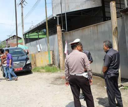 Anggota DPRD Tanjungbalai berbincabg dengan polisi di depan pintu besi PT Pelita yang tertutup rapat membuat para wakil rakyat ini tidak bisa masuk ke areal perusahaan kilang minyak itu.