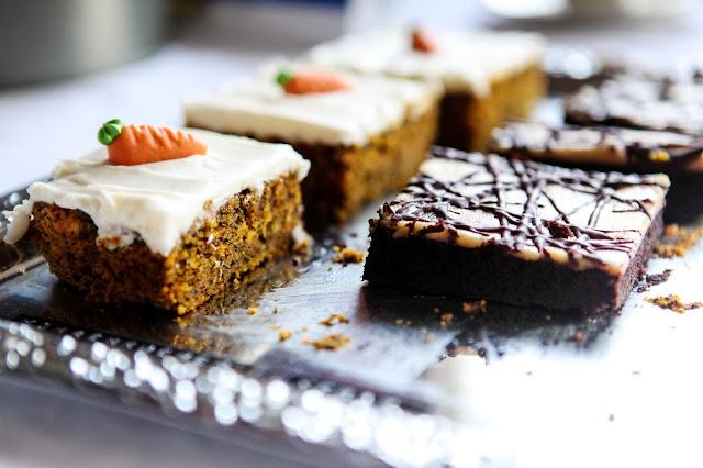 http://cakeinvasion.de/karottenkuchen-mit-frischkaese-creme/