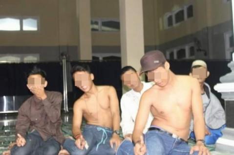 Lima Pemuda yang Lecehkan Shalat Itu, Kini Sudah Jadi Daftar Buronan.