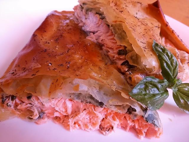 salmón envuelto en pasta filo con cilantro y eneldo