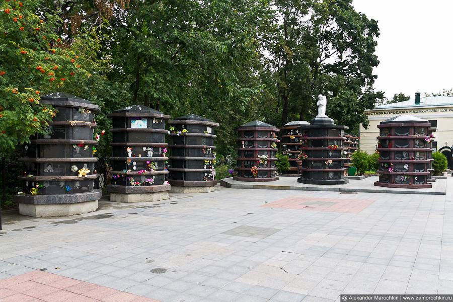 Саркофаги с урнами на Ваганьковском кладбище